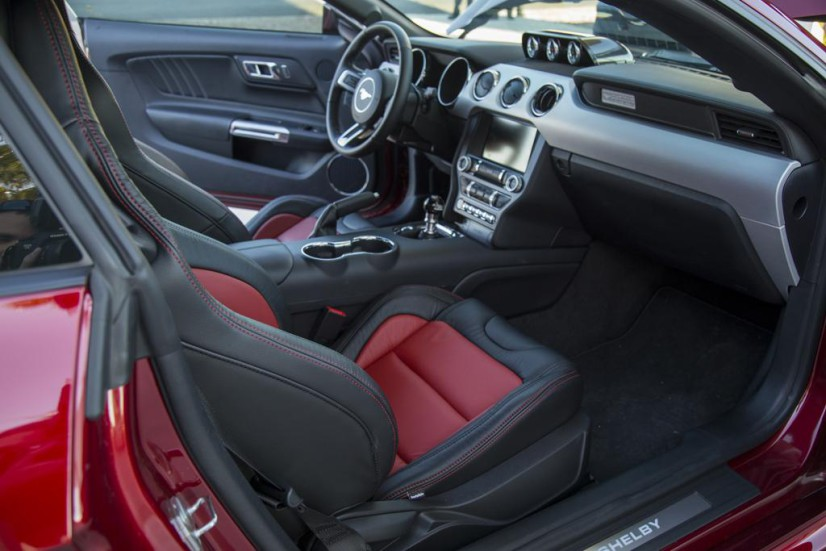 Ford-Mustang-Super-Snake-interieur